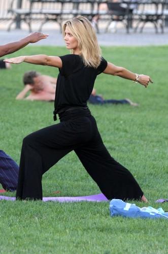 23467-heidi_klum_fait_du_yoga_inf.jpg